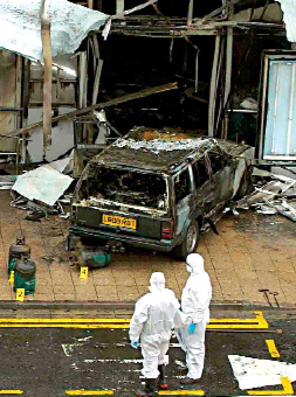 Ein Arzt saß am Steuer des Geländewagens, der brennend in den Terminal des Glasgower Flughafens gefahren wurde. Foto: dpa