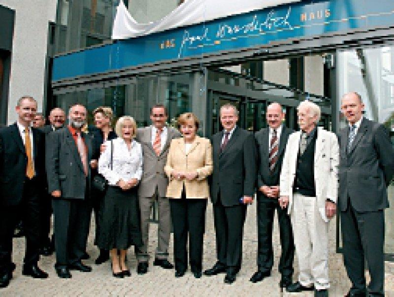 Bundeskanzlerin Angela Merkel eröffnete das Paul-Wunderlich- Haus. Der 80-jährige Künstler (zweiter von rechts) nahm an der Einweihung teil.