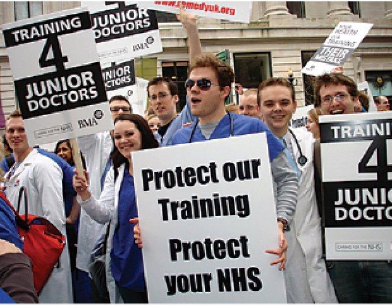 Ärzteparadies Großbritannien? Aufgebrachte Ärzte protestieren in London gegen die Verteilung der Weiterbildungsstellen. Fotos: RemedyUK