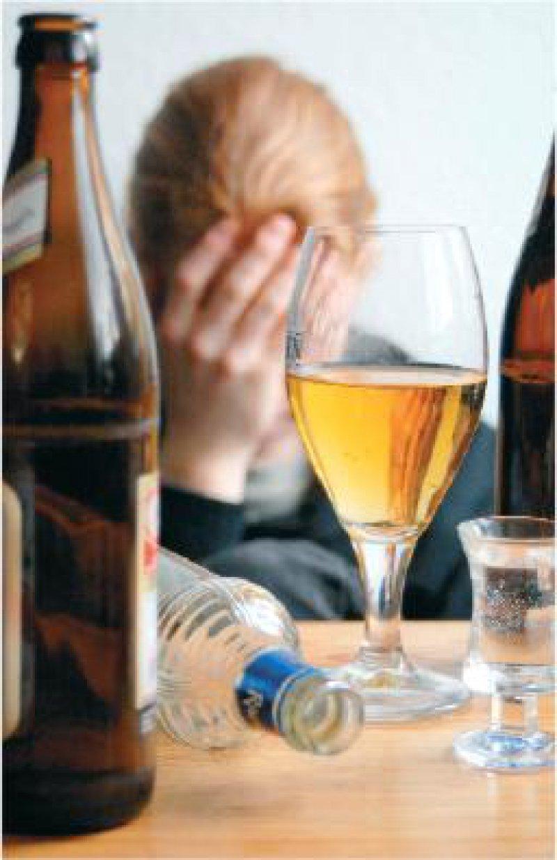Rund zehn Liter reinen Alkohol pro Kopf und Jahr konsumieren die Deutschen im Durchschnitt. An Leberzirrhose sterben 40 bis 80 Prozent der chronischen Trinker. Foto: Keystone