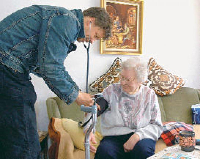 Ältere Menschen solllen auf der Grundlage des KBV Vertragsentwurfs besser versorgt werden. Foto: Caro