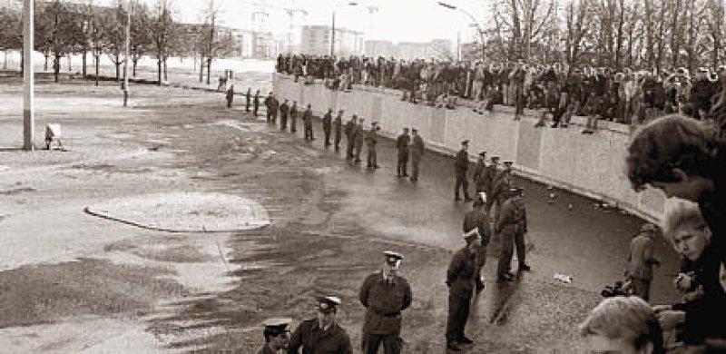 """Kurz nach dem Fall der Mauer: DDR-Grenzsoldaten """"bewachen"""" noch den Staat. Foto: Caro"""
