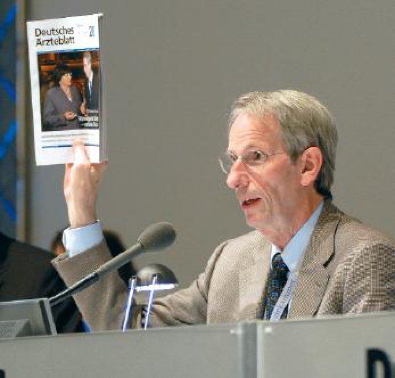 Foto: Jürgen Gebhardt Dank an die Redaktion des Deutschen Ärzteblattes: Bundesärztekammerpräsident Jörg-Dietrich Hoppe beim diesjährigen Deutschen Ärztetag in Münster