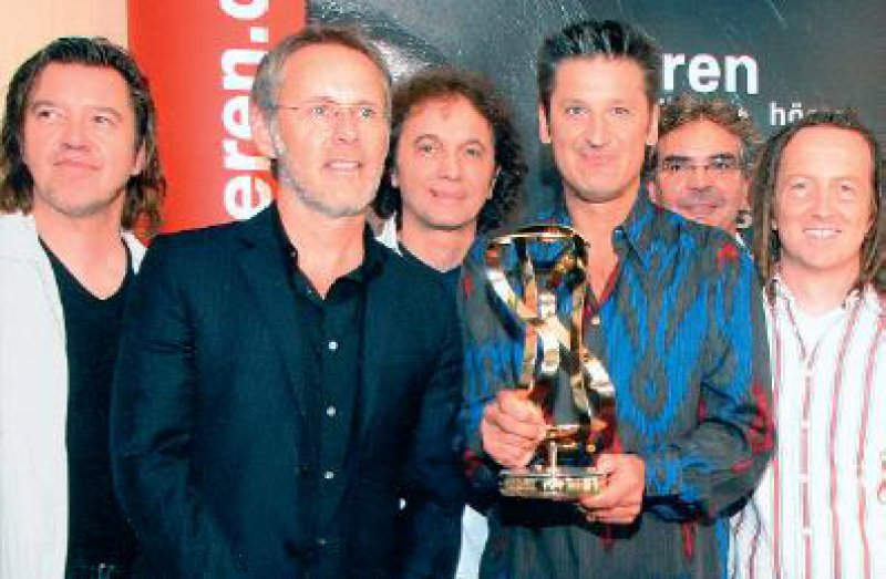 Foto: Forum Besser Hören Die Band PUR um Frontmann Hartmut Engler (dritter von rechts) freut sich über den HELIX 2007. Die Laudatio hielt TVModerator Reinhold Beckmann (zweiter von links).