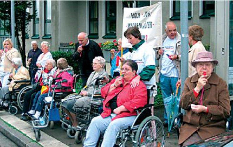 """""""Alle werden doch mal älter"""": Irmgard Schwittai (rechts) bei der Demo in Essen. Foto: Birgit Hibbeler"""