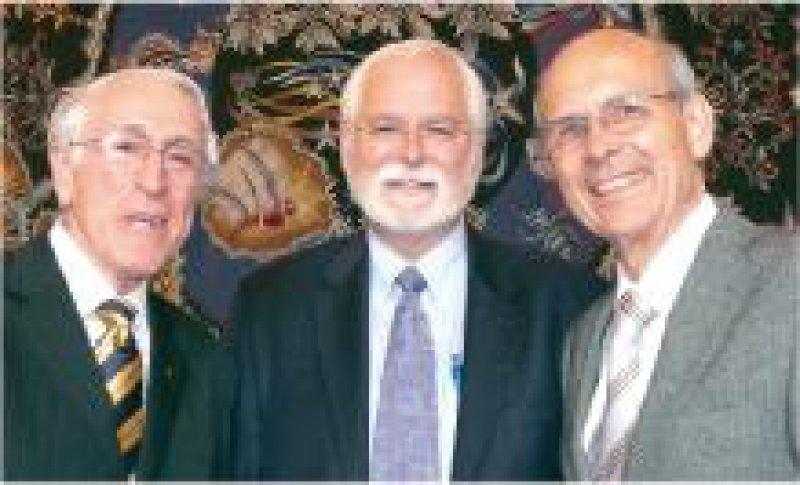 Preisträger Graeme Clark und John P. Donoghue mit Konstantin Alexander Hossmann von der Max- Planck-Gesellschaft (von links) Foto: Andrea Matzker