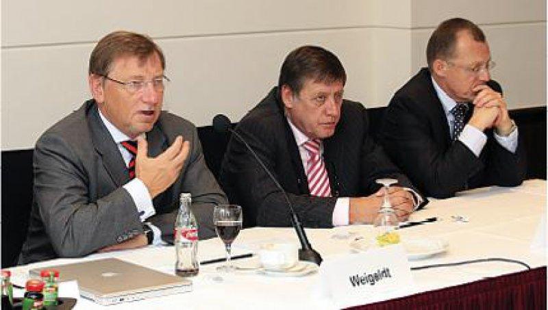 Ernste Mienen trotz des guten Wahlergebnisses: Ulrich Weigeldt und Wolfgang Hoppenthaller, daneben Rainer Kötzle (von links) vor der Presse. Fotos: Georg J. Lopata