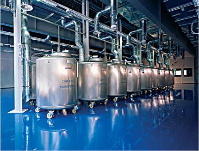 Blick in die Kryolagerhalle: Die aus Edelstahl gefertigten Kryolagertanks sind an die automatische Versorgung mit flüssigem Stickstoff angeschlossen. Jeder Behälter ist außerdem mit einem Überwachungs-PC ausgestattet.
