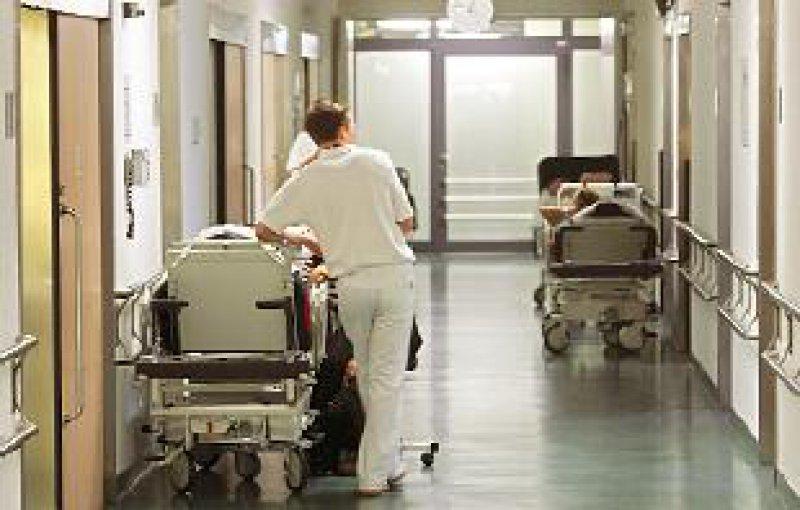 """Ältere Patienten als """"Kostentreiber"""": Die Krankenhäuser rechnenbis 2010 mit 80 Euro mehr pro Fall. Foto: dpa"""