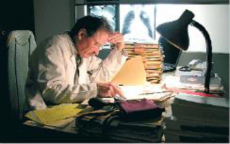Foto: Vario Images Überarbeitete Ärzte: MB fordert Einhaltung der Höchstarbeitszeit.