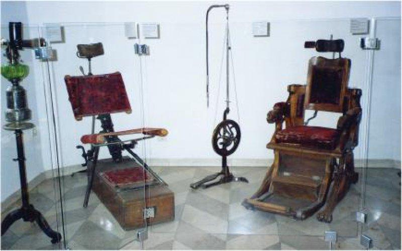 Zahnarztpraxis aus dem 19. Jahrhundert: ein Ensemble mit Zahnarztstuhl und Bohrmaschine