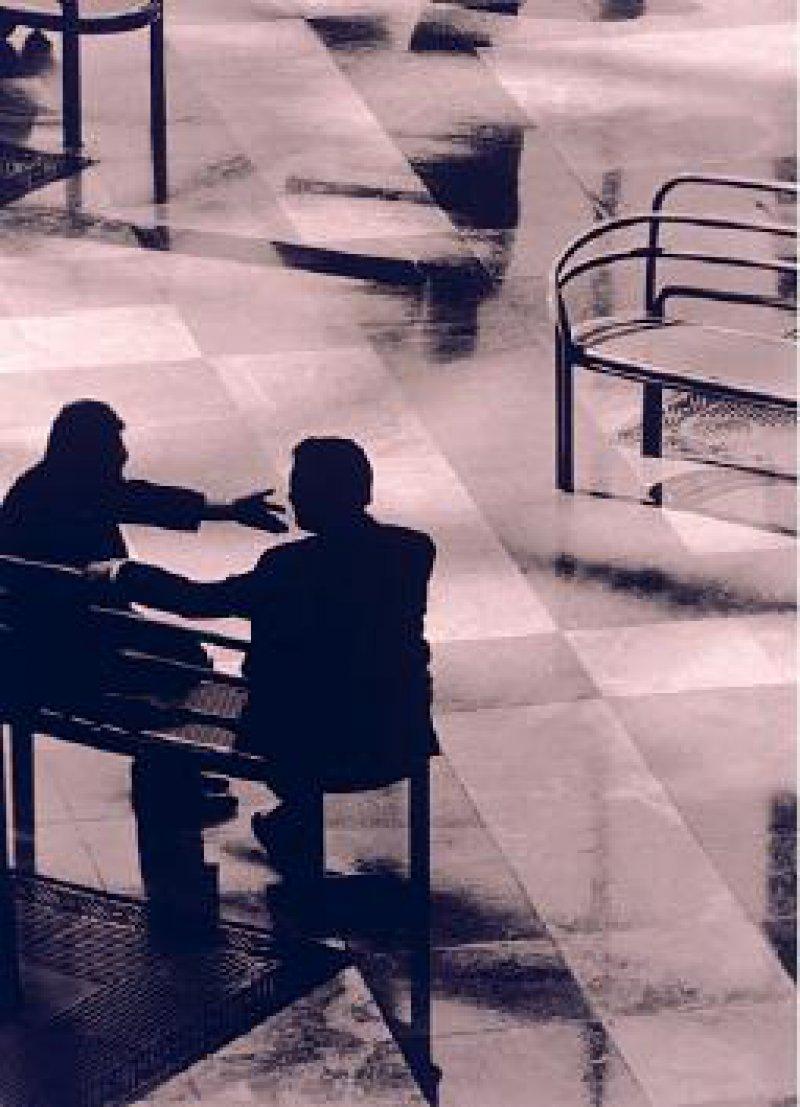 """Auf den """"Bänken"""" im Gemeinsamen Bundesausschuss werden auch künftig Ehrenamtliche sitzen. Foto: mauritius images"""