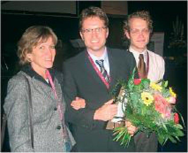 Claudia Binder, Oberärztin in der Abteilung Hämatologie und Onkologie der Universität Göttingen, Tobias Pukrop, Preisträger, und Florian Klemm, Doktorand (von links). Foto: DGHO
