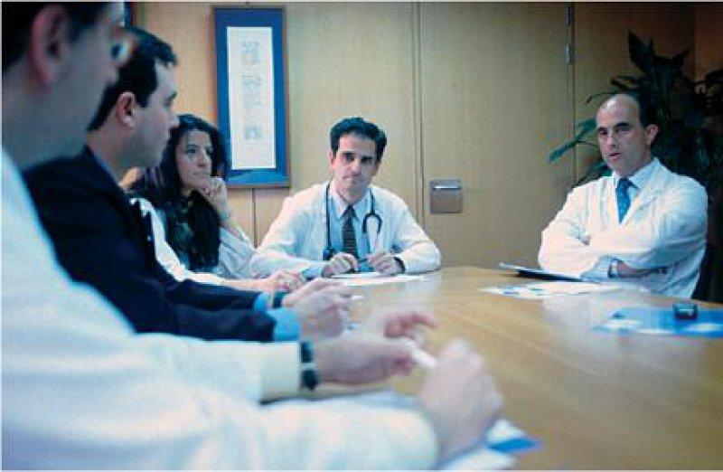 Im Klinischen Ethikkomitee findet sich in der Regel ein breites Spektrum von Berufsgruppen im Krankenhaus. Foto: Mauritius Images