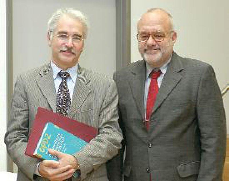 Prof. Dr. Manfred Cierpka (links) und Prof. Dr. Dr. Wolfgang Tress von der Universität Düsseldorf. Foto: Universitätsklinikum Heidelberg/Welker