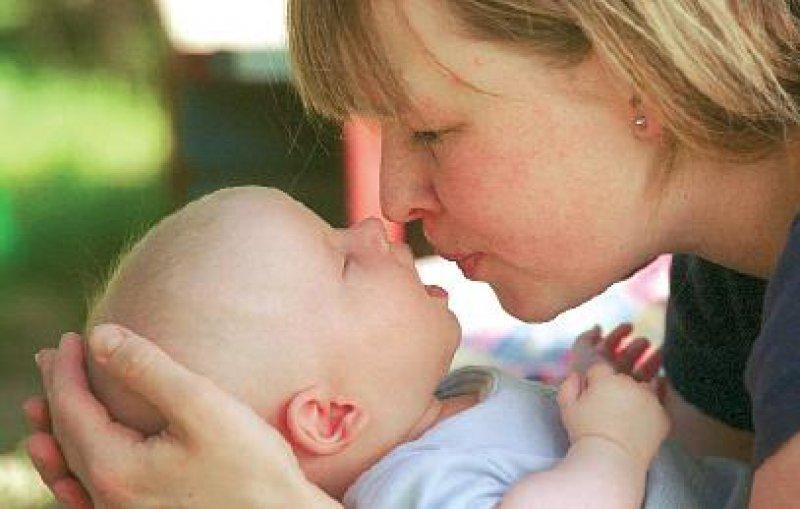 Sichere Bindung: Immens wichtig für die kindliche Entwicklung. Foto: Caro