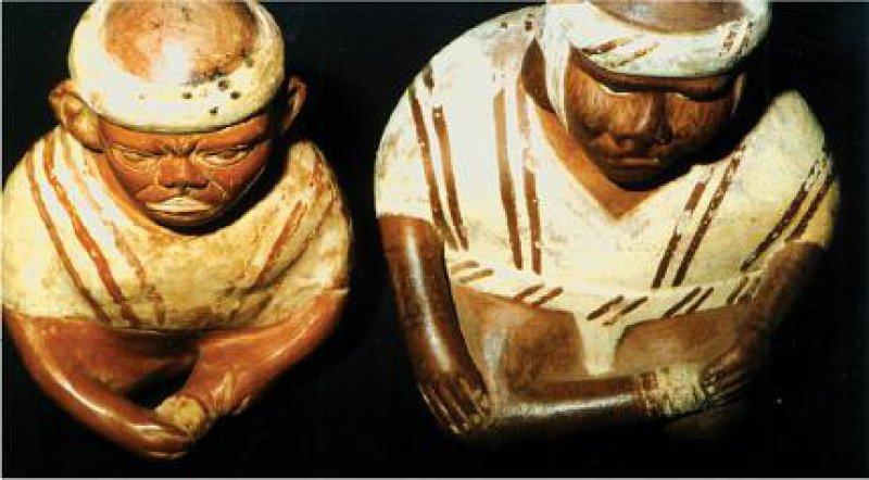 Diese beiden Sitzenden stülpen sich eine Prothese über den Amputationsstumpf (Moche- Keramiken, Privatsammlung). Fotos: Jürgen Heck