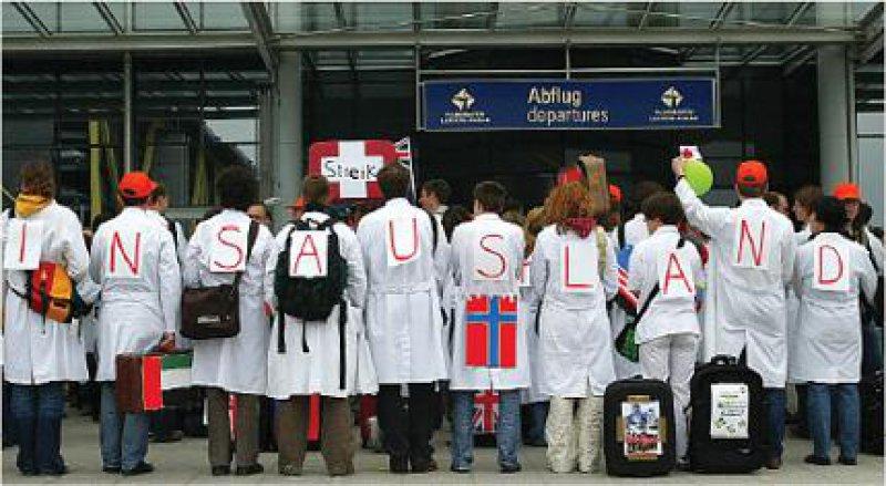 Rund 12 000 Ärztinnen und Ärzte aus Deutschland haben aufgrund schlechter werdender Arbeitsbedingungen bereits das Land verlassen, schätzt die Kassenärztliche Bundesvereinigung. Foto: dpa