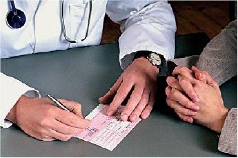 Macht des Rezeptblocks: Ärzte, die an einer Anwendungsbeobachtung teilgenommen haben, verordnen auch später mehr Arzneimittel dieser Firmen. Foto: Photothek