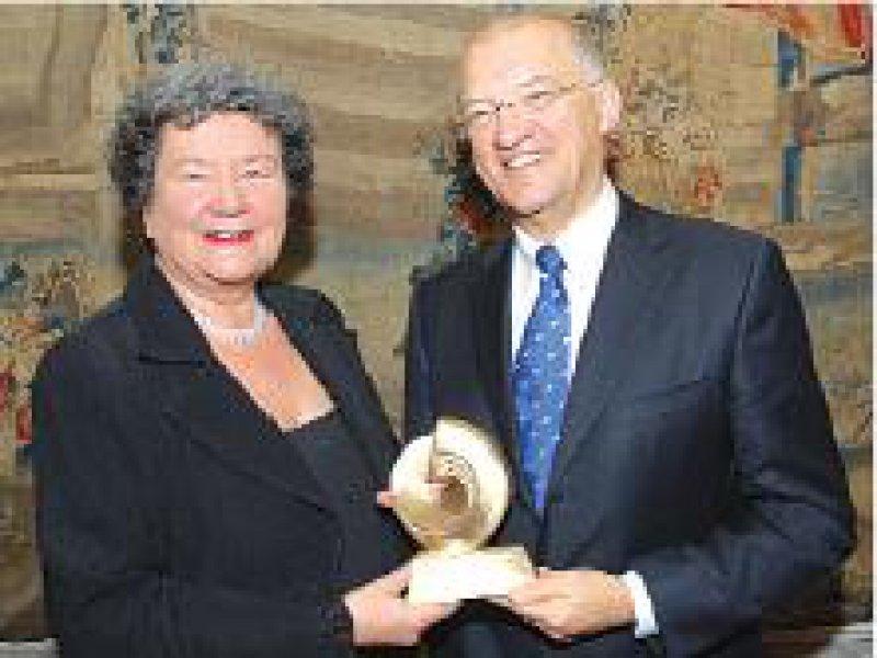 Dagmar Schipanski, Präsidentin der Deutschen Krebshilfe, mit Preisträger Axel Ullrich. Foto: DKH
