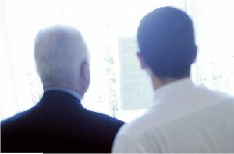 Gemeinsamer Blick in die Zukunft: Übernimmt der Sohn die Praxis des Vaters, so ist die Bank eher bereit, einen Kredit zu bewilligen. Foto: mauritius images