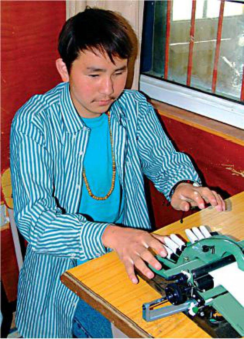 Der 20-jährige Kachume sitzt an seiner Schreibmaschine, die Hebel statt Tasten hat. Fotos: Ursula Wiegand