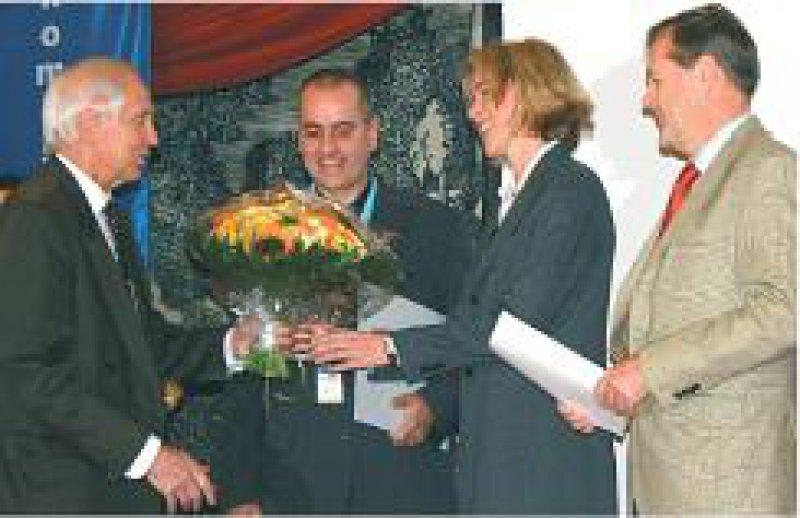 Johannes Schinke, Präsident der Rheinischen Fachhochschule, gratuliert dem Team des Bethesda Krankenhauses Wuppertal, Dirk Larisch, Corinna Dönges, Jürgen Hucke (von links). Foto: privat