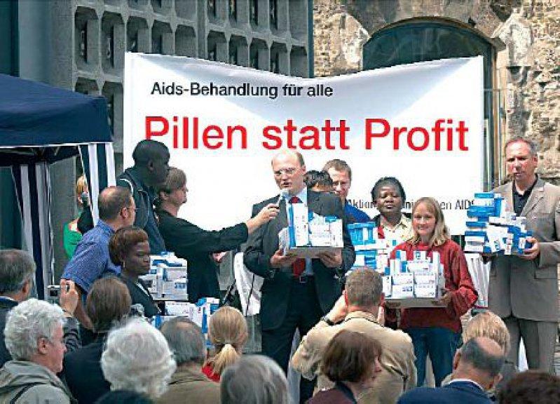 Berlin, August 2005: In einem symbolischen Akt fordern Vertreter von Hilfsorganisationen Pharmaunternehmen auf, Forschung und Preise stärker an den Bedürfnissen armer Länder auszurichten.Foto: epd