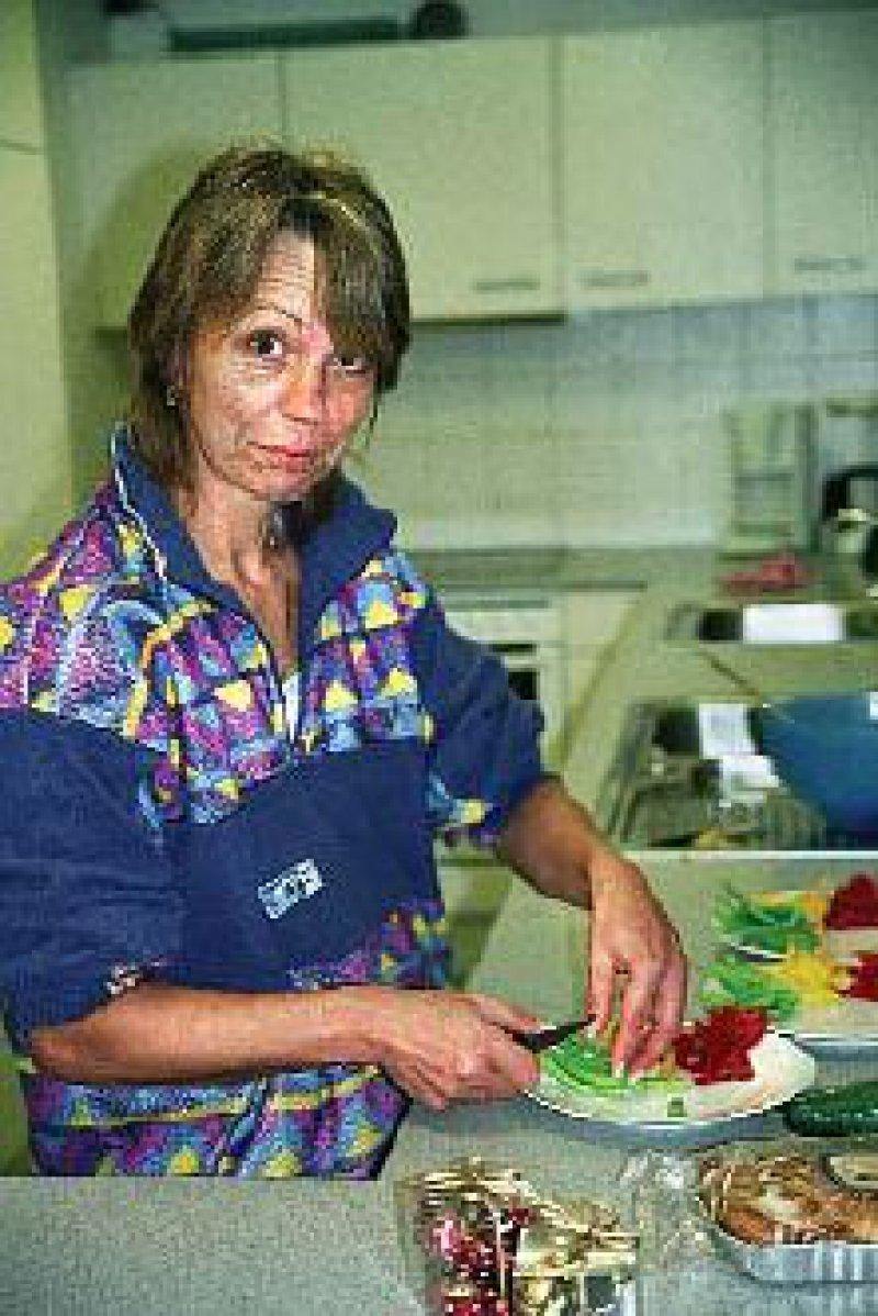 Gesund und preiswert: Christine S. bereitet im Pavillon das Essen vor.