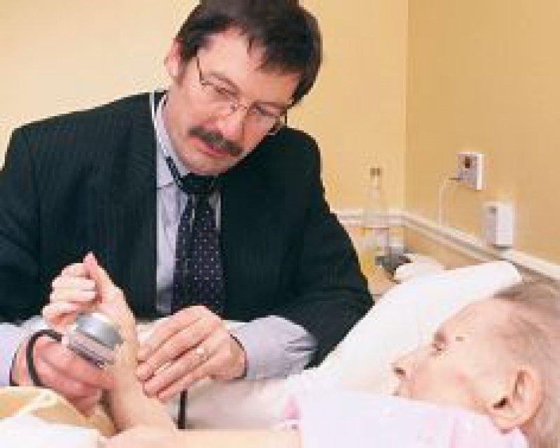 Heime können künftig eigene Ärzte einstellen: Das sieht der Gesetzentwurf zur Pflegereform vor. Foto: Superbild