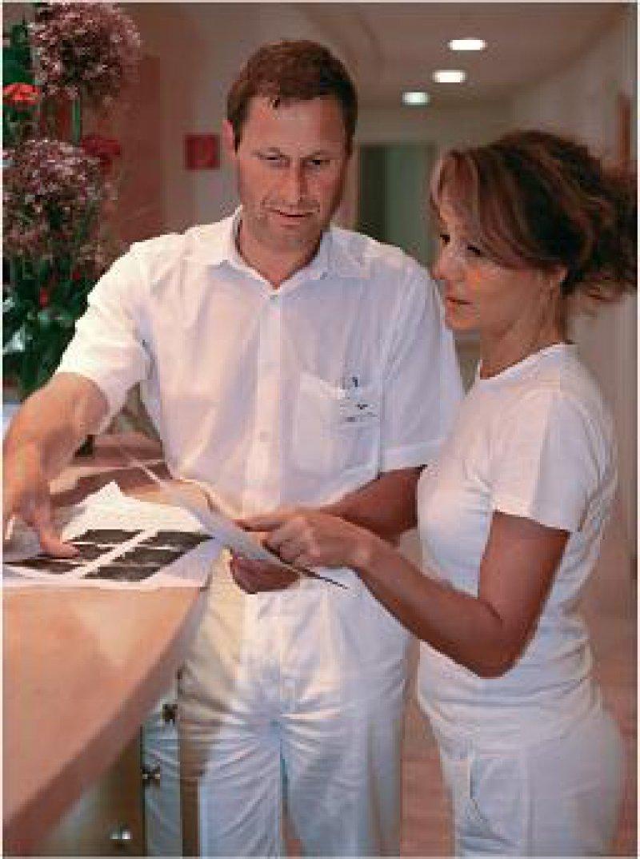 Aufeinander angewiesen: Höhere Gehälter für die Medizinischen Fachangestellten sind angebracht, will man nicht die gute Kooperation in den Arztpraxen aufs Spiel setzen. Foto: Eberhard Hahne