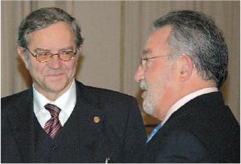 Protagonisten der regenerativen Medizin: Prof. Dr. med. Frank Emmrich (links) im Gespräch mit dem spanischen Gesundheitsminister Prof. Dr. Bernat Soria Escoms