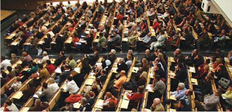 Es betrifft alle: Knapp 1 000 Ärzte und Psychotherapeuten informierten sich im Audimax der Technischen Universität Berlin über den neuen EBM. Foto: Reinhold Schlitt
