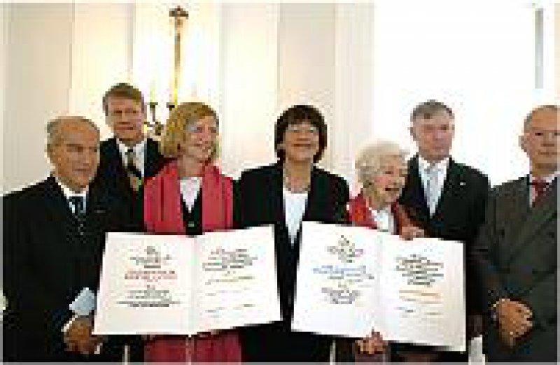 Guiseppe Vita, Jörg Hacker, Pascale Cossart, Ulla Schmidt, Brigitte A. Askonas, Horst Köhler und Stefan H. E. Kaufmann (von links). Foto: Robert-Koch-Stiftung
