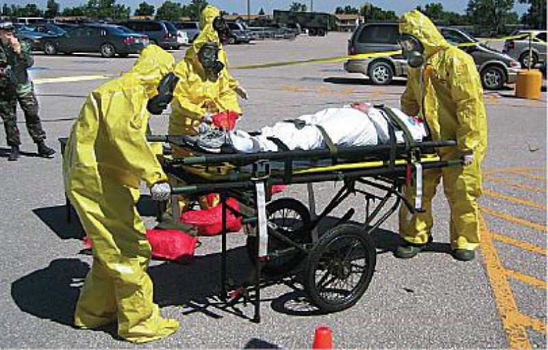 """Eine """"schmutzige Bombe"""" sei explodiert, lautete die Meldung. Hier wird ein vermeintlich kontaminierter Verletzter von Soldaten abtransportiert."""