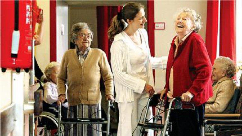 Mit viel Spaß bei der Arbeit: Hausärztin Franziska Ebert-Matijevic mit Frieda Schäfer (2. v. r.) im Seniorenzentrum Bethel