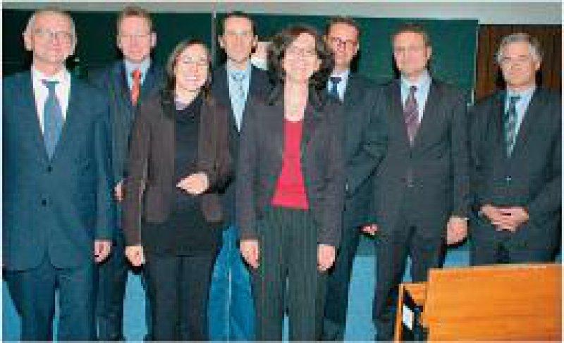Werner Solbach (DGHM), Sven Hammerschmit, Christine Josenhans, Alexander Mellmann, Ulrike Schleicher, Christof von Eiff, Lothar Wieler, Georg Peters (DGHM) (von links). Foto: DGHM