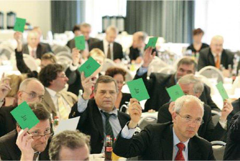 Ernste Mienen: Die Vertreterversammlung stimmte dafür, Politik und Öffentlichkeit über die Risiken des AOK-Vertrags zu informieren. Fotos: Georg J. Lopata