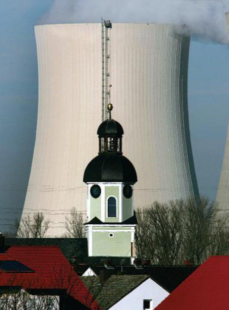 Seit Jahrzehnten streiten Atomkraftgegner und -befürworter über die gesundheitlichen Gefahren in der Umgebung von Kernkraftwerken. Foto: dpa