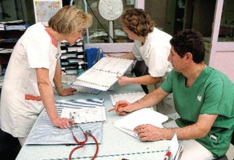 Krankenhäuser sind inzwischen hoch arbeitsteilige Gebilde. Mitarbeiter aus drei Professionen müssen erfolgreich kooperieren: Ärzteschaft, Pflege und Ökonomie. Foto: Superbild