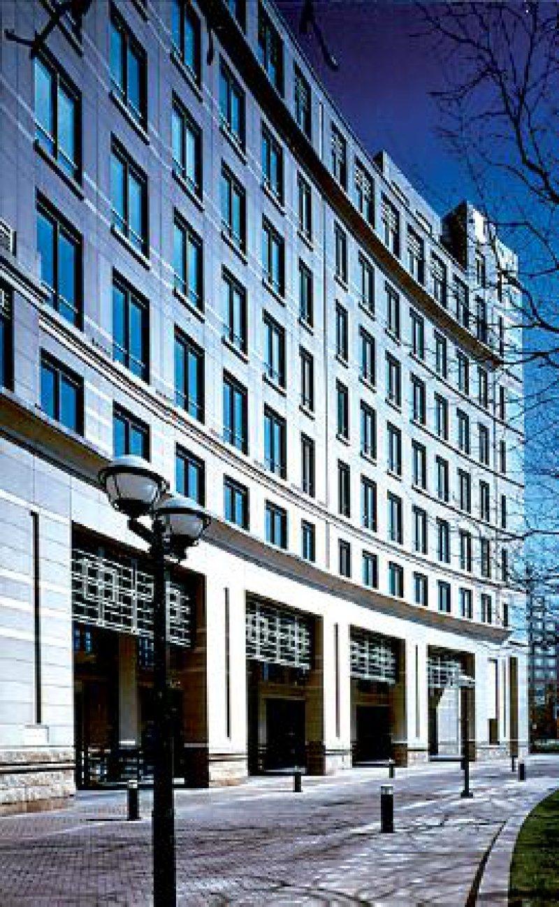 Hinter moderner Fassade arbeiten rund 400 Mitarbeiter am Sitz der EMEA in London.