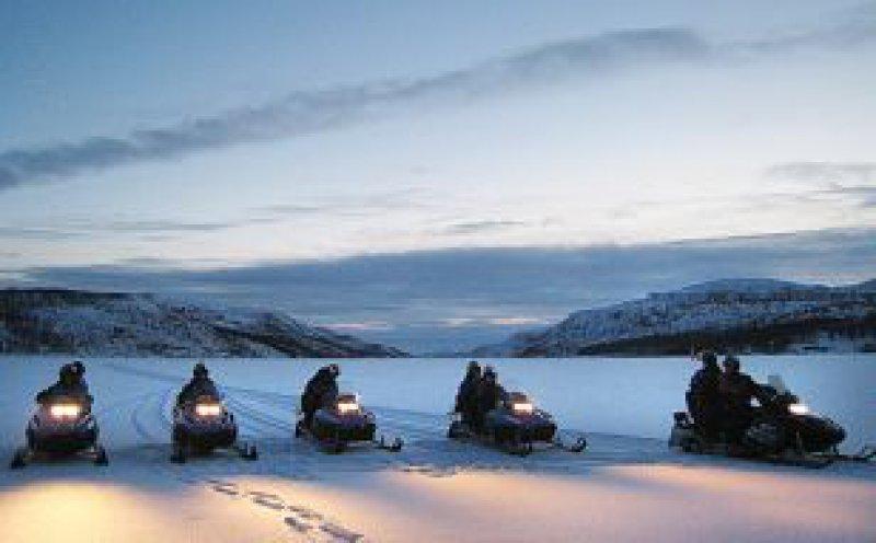 Vom Vollmond beleuchtet: Mit dem Motorschlitten am Langfjord. Foto: Lutz Stickeln