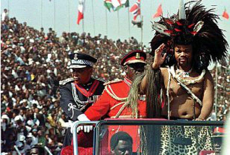 König Mswati III. ist für seinen verschwenderischen Lebensstil berüchtigt. Vier Maybachs und 13 Frauen nennt er sein Eigen. Foto: dpa