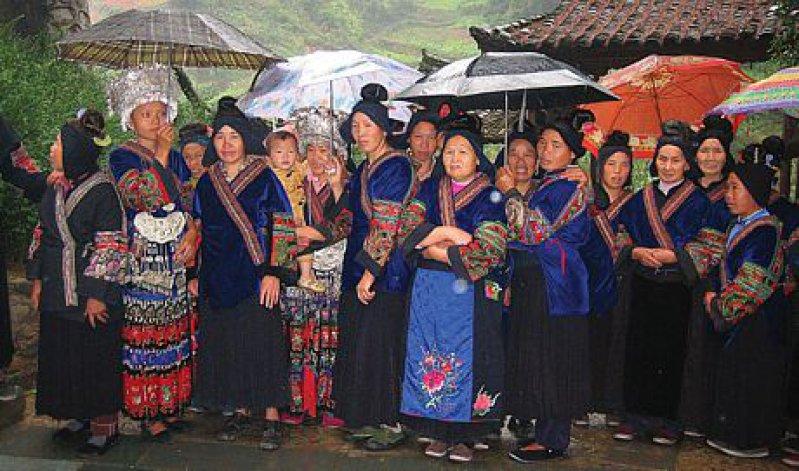 Miao-Frauen in ihren bunten Trachten im Dorf Nanhua. Fotos: Birgit Hibbeler