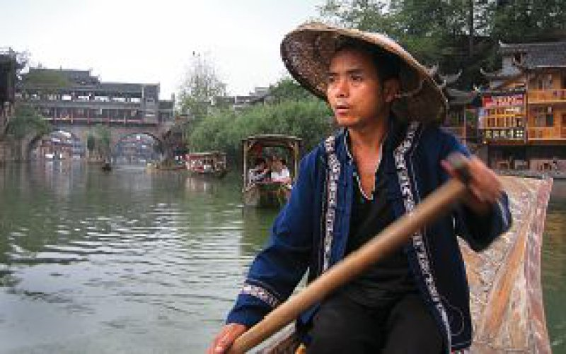 Die Phönixstadt Fenghuang lässt sich gut bei einer Bootsfahrt erkunden.