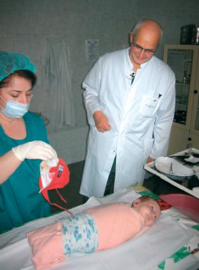 Eichhorn mit Helferin und Kleinkind in Wladikawkas. Das Kind leidet an einer akuten Mastoiditis und wird noch am selben Abend operiert. Foto: privat
