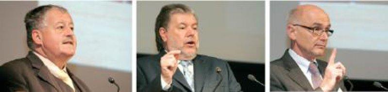 Die Hoffnungen der Ärzte ruhen auf der Honorarreform 2009 und auf festen Eurobeträgen. Für Frieder Hessenauer, Präsident der Landesärztekammer (l.), und Günter Gerhardt, KV-Vorsitzender in Rheinland- Pfalz (r.), werden die versprochenen drei Milliarden Euro zusätzlich zur Nagelprobe. Kurt Beck (Mitte) ist zuversichtlich, dass das Geld fließen wird. Foto: KV RLP/Stefan Sämmer