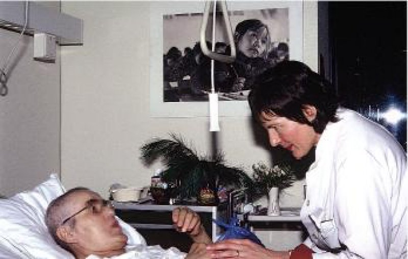 Hatte maßgeblichen Anteil an der Eröffnung der ersten Palliativstation: die Kölner Ärztin Dr. med. Ingeborg Jonen- Thielemann, hier im Jahr 1983 am Bett einer Patientin. Foto: Klinik für Palliativmedizin Köln