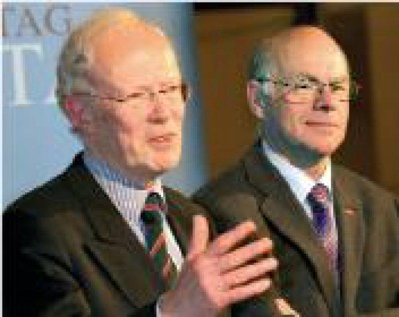 Der neue Vorsitzende Edzard Schmidt- Jortzig mit Bundestagspräsident Norbert Lammert (von links) Foto: dpa