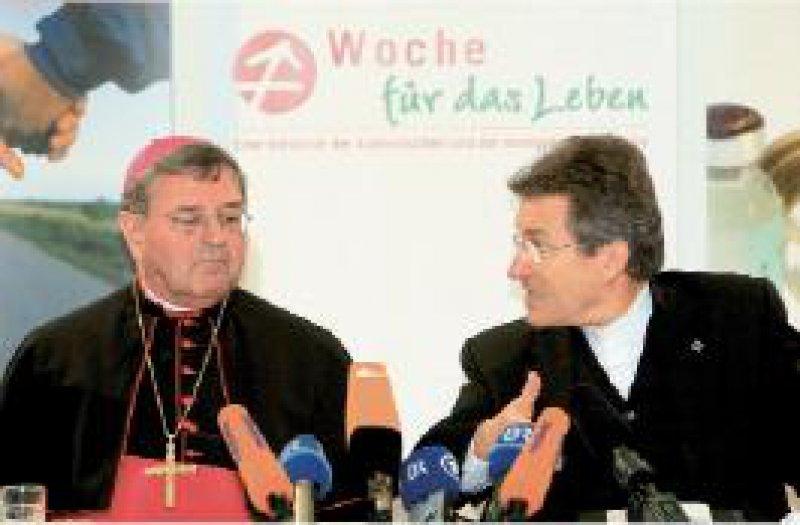 """""""Gesundheit – höchstes Gut"""": Unter diesem Motto steht der auf drei Jahre angelegte Themenschwerpunkt der Kirchen, der in Würzburg von Bischof Heinrich Mussinghoff (links) und Bischof Wolfgang Huber vorgestellt wurde. Foto: dpa"""